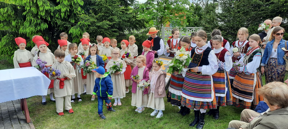 Na zdjęciu Zespół Pieśni i Tańca w trakcie Nabożeństwa Majowego